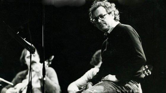 """Zeca Afonso gravou """"Grândola, Vila Morena"""" em França, em 1971, para o álbum """"Cantigas do Maio""""."""