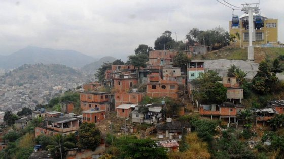 Além das quatro vítimas de balas perdidas, ficaram feridos três agentes da polícia militar e dois moradores da favela