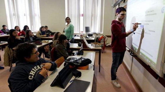 """Ao fim de """"três anos ou duas renovações"""" de horários anuais e completos """"no mesmo grupo de recrutamento ou em grupos de recrutamento diferentes"""" professores passam para os quadros"""