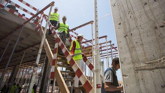 Inês Oom, administradora do Santander Totta, durante uma visita guiada por Bernardo Pinto Gonçalves, diretor de obra, ao novo campus da Nova SBE