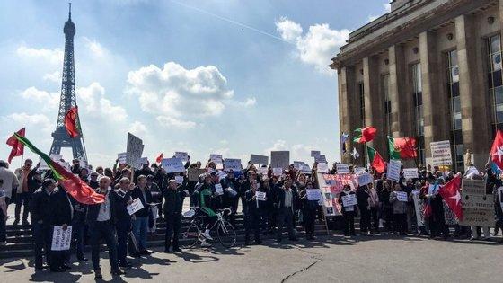 """Os emigrantes chamaram a atenção dos turistas, com bandeiras de Portugal e cartazes em que se lia """"bancos portugueses = perigo"""""""