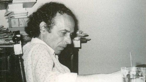 António José Forte à secretária