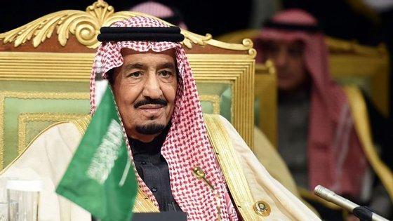 A Arábia Saudita (liderada pelo rei Salman, na fotografia) está a liderar o corte de relações diplomáticas com o Qatar, que está agora significativamente isolado do ponto de vista político e geográfico