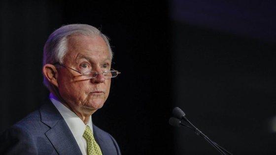 """O Presidente norte-americano tem vindo a criticar Sessions desde que este pediu escusa da investigação relacionada com a Rússia, sugerindo que a sua decisão foi """"desnecessária"""""""