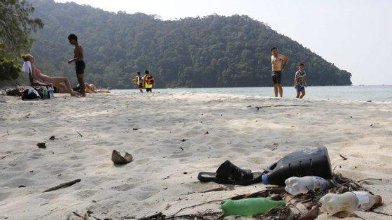 Pneus de automóveis, garrafas, sacos de plástico, redes de pesca, aplicadores de tampões e preservativos são os resíduos mais comuns