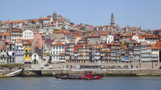 Vista da Ribeira, um dos locais mais antigos e emblemáticos do Porto e, por isso, muito procurado por turistas. Ou não fizesse parte do centro histórico da cidade, que é Património Mundial da UNESCO desde 1996
