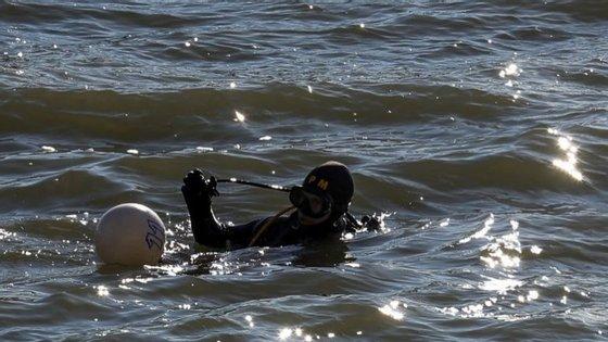 As buscas para encontrar o homem desaparecido envolvem os bombeiros de Avis e a equipa de mergulhadores da corporação de Ponte de Sor