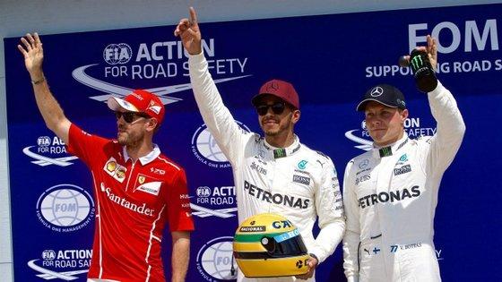 Lewis Hamilton (ao centro)