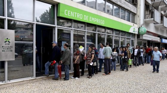 A taxa de desemprego jovem (entre os 15 e os 24 anos) aumentou na média dos países da OCDE em abril para os 12,1%, dos 12,0% de março