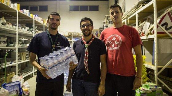 Gonçalo Romeiro, 35 anos, André Lopes, de 25, e Vicente Ribeiro, de 20, são três dos escuteiros que garantem a distribuição de alimentos aos bombeiros que combatem as chamas em Pedrógão Grande