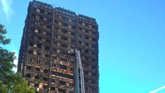 Estima-se que viviam cerca de 600 pessoas na torre de 24 andares