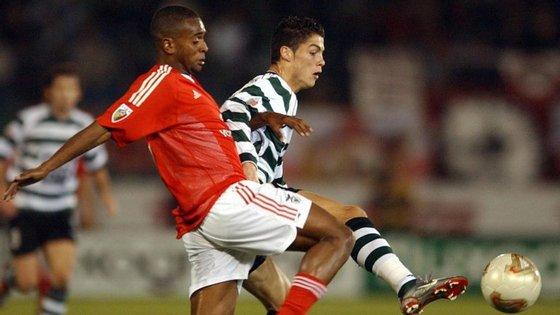 Cristiano Ronaldo num duelo com Miguel, que passou pela formação do Sporting mas vingou no rival Benfica