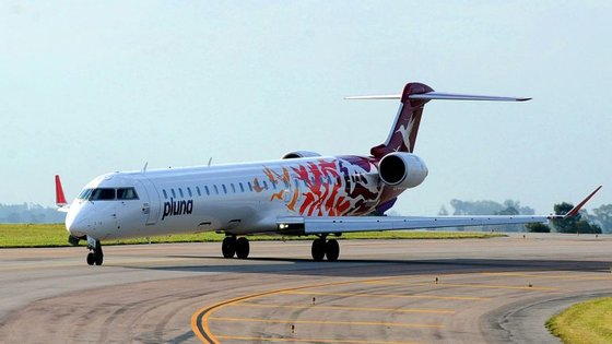 Os aviões de pequeno porte, como o CRJ, só podem descolar com temperaturas até 48º. A partir desse limite, não é seguro levantar voo