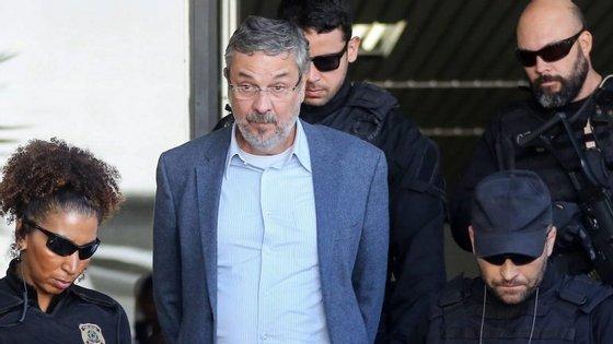 A sentença foi feita pelo juiz Sérgio Moro, que tutela os casos de corrupção da Petrobras em primeira instância