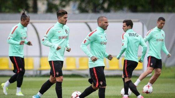 Os dois jogadores não treinaram na segunda-feira em São Petersburgo e estão em dúvida para o duelo com os chilenos