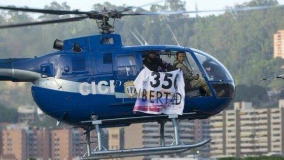 Alguns relatos indicaram que o helicóptero, de cor azul, transportava um 'banner' antigovernamental