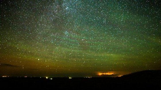 Os cientistas dizem que apesar de serem difíceis de serem vistos a olho nu, as noites brilhantes ainda podem ser vistas através de satélites