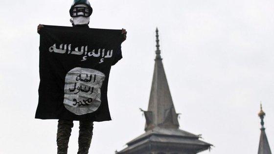 Jornal diz que a Lafarge pagou quase 5 milhões de euros a grupos terroristas na Síria, entre os quais o Estado Islâmico
