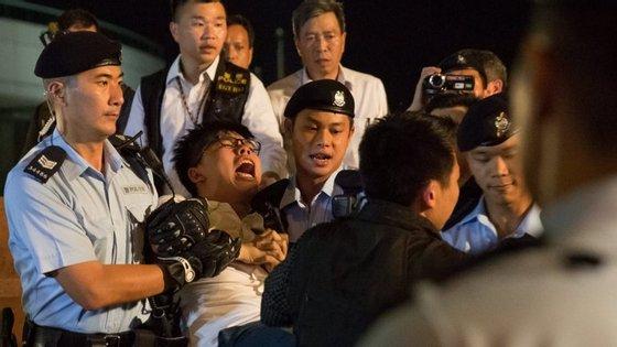 Vinte e seis pessoas foram detidas na quarta-feira depois de protagonizarem uma concentração junto à emblemática escultura da flor de bauhinia, um presente de Pequim, em 1997