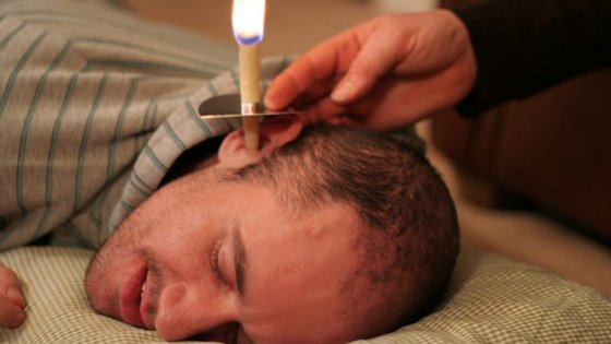 O tratamento com velas detox promete eliminar toxinas apenas acendendo uma vela. No final, mostra-se a vela cheia de grãos de impurezas no interior. Não se deixe enganar, é um fraude.