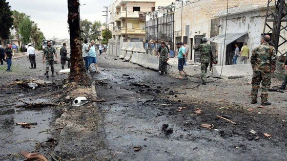 As imagens do local das explosões mostram edifícios danificados e carros queimados