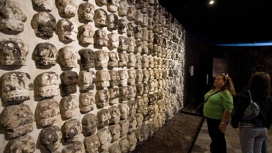 Os crânios estavam cobertos de cal e haviam milhares de fragmentos no edifício perto do Templo Mayor, um dos principais templos da capital asteca Tenochtitlan, que é agora conhecida como Cidade do México
