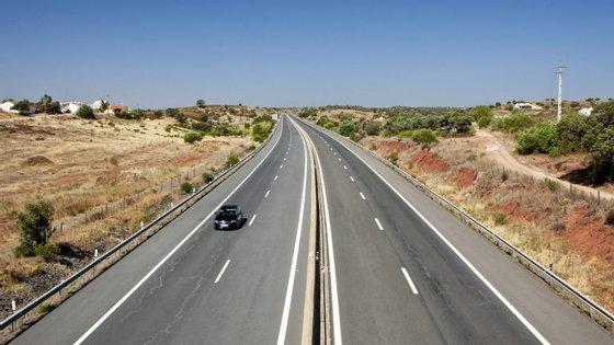 O trânsito será normalizado, assim que forem retiradas as viaturas e seja efetuada a limpeza da via