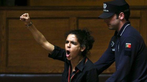 Em março de 2015, Ana Nicolau pediu a demissão de Passos Coelho nas galerias da Assembleia da República