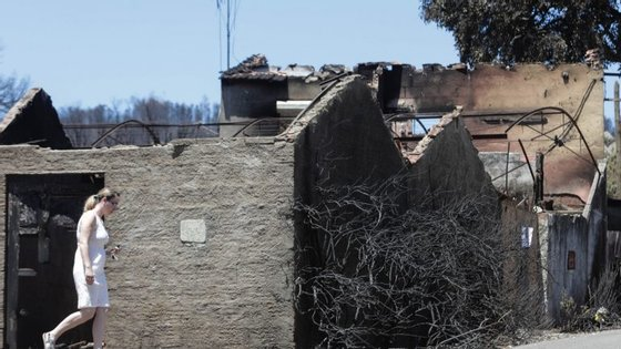 O incêndio que deflagrou em Escalos Fundeiros, em Pedrógão Grande, no distrito de Leiria, alastrou a Figueiró dos Vinhos e a Castanheira de Pera, fazendo 64 mortos e mais de 200 feridos