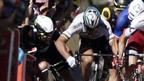 Mark Cavendish acabou por desistir da Volta devido a uma fratura do ombro direito provocada pela queda