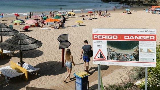 A informação que alerta para os principais riscos de queda das arribas e a forma de evitá-los é distribuída em folhetos, em português e em inglês