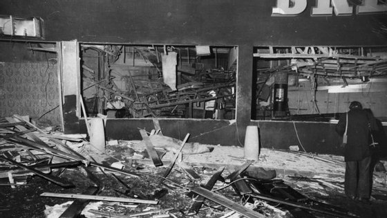 Explosão da primeira bomba no Mulberry Bush causou dez mortos, dezenas de feridos e um enorme rastro de destruição