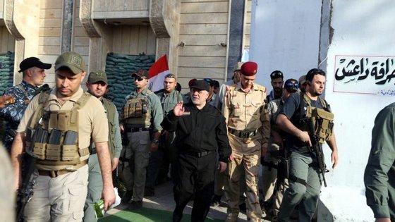 """Já depois destas declarações do primeiro-ministro do Iraque, o grupo Estado Islâmico anunciou uma contraofensiva numa """"zona libertada"""" da zona antiga da cidade de Mossul"""