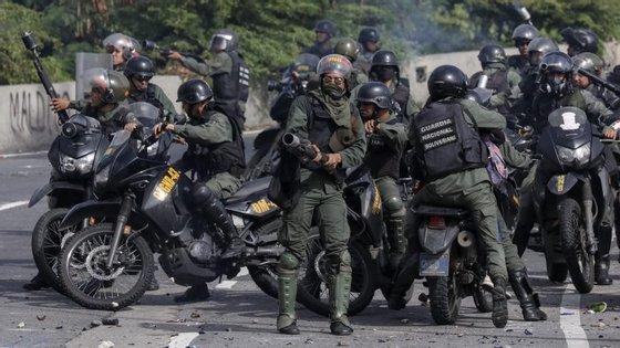 A imprensa venezuelana dá conta de que quatro pessoas foram feridas, por armas de fogo
