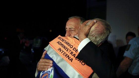 Marcelo Rebelo de Sousa num abraço a Jorge Gomes, secretário de Estado da Administração Interna