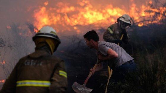 O incêndio que teve início na Sertã e se estendeu a Mação e Proença-a-Nova é o que continua a merecer maior preocupação