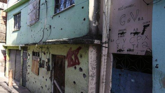 O cenário de guerra deixado após uma troca de tiros entre traficantes e autoridades na Favela do Alemão, no Rio de Janeiro, no início deste ano.