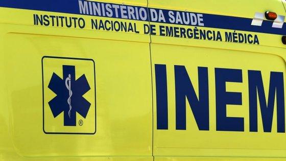 O CDOS de Santarém adiantou que o incêndio, que teve início cerca das 16h00 numa loja no rés-do-chão