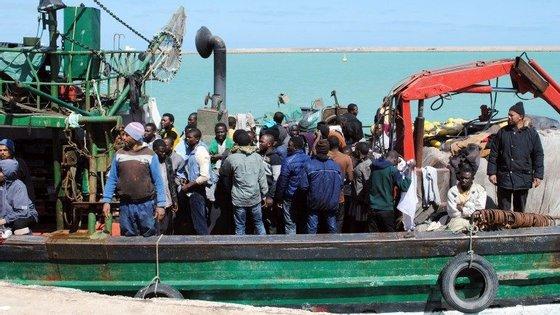 Migrantes resgatados ao largo da costa da Líbia por pescadores tunisinos de chegada ao porto de Zarzis