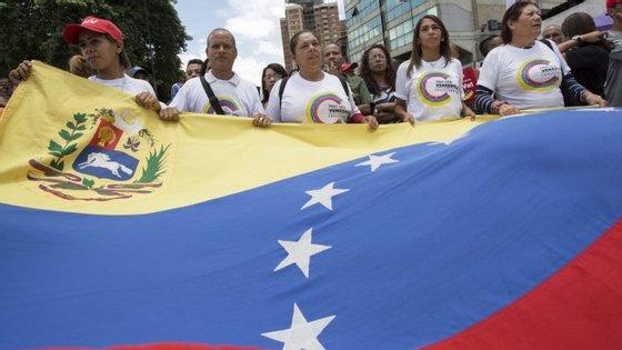 Grupo de manifestantes a favor da Assembleia Constituinte numa marcha realizada a 2 de Agosto