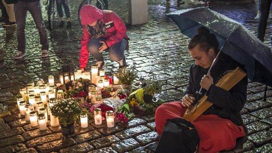 Homenagem na praça Puutori, onde morreram duas pessoas esfaqueadas esta sexta-feira