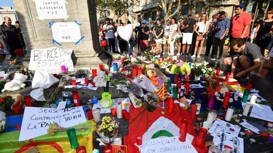 A lista de vítimas mortais do ataque em Barcelona inclui duas portuguesas, uma mulher de 74 anos, residente em Lisboa, e a sua neta, de 20