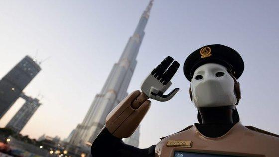 """O primeiro polícia robô foi posto """"ao serviço"""" no Dubai em maio"""