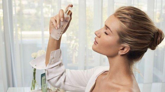 Depois de manifestar várias vezes a sua adoração pela Eau de Beauté, a modelo Rosie Huntington-Whiteley tornou-se embaixadora da mais famosa água de beleza.