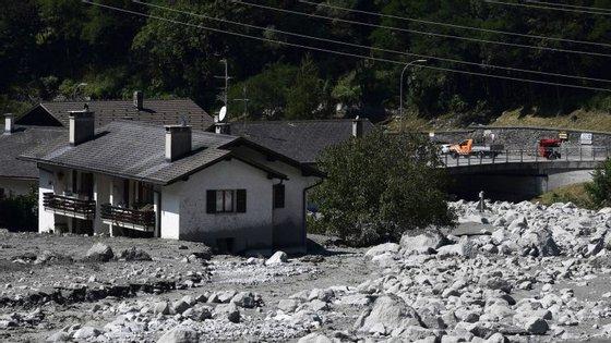 Várias habitações foram destruídas depois de uma parte da montanha se ter desintegrado na vila suíça de Bondo