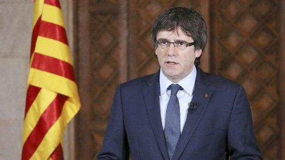 Carles Puigdemont sucedeu a Artur Mas na liderança do governo regional da Catalunha em janeiro de 2016