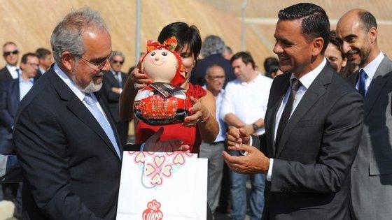 O presidente da câmara municipal de Viana do Castelo, José Maria Costa, oferece uma boneca tradidional de Viana do Castelo ao ministro do Planeamento e das Infraestruturas, Pedro Marques (à direita)