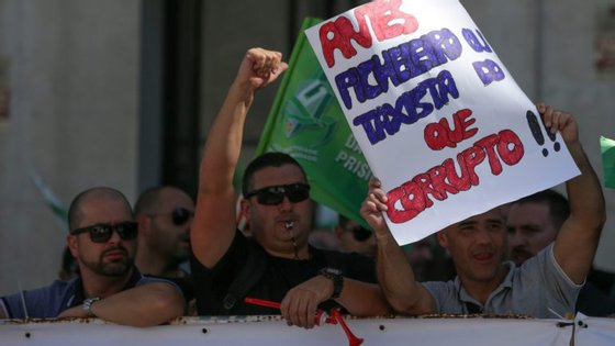 O protesto levou ao corte de uma das faixas de rodagem na rua Marquês de Fronteira