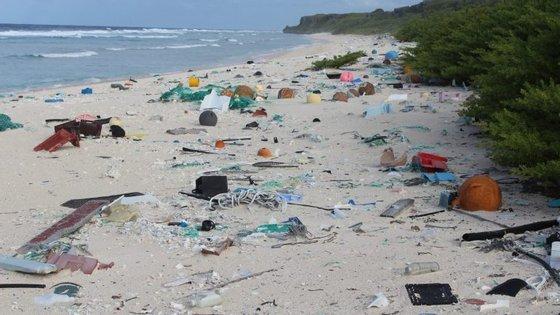 Não são só os plásticos visíveis que chegam ao oceano. Os microplásticos, com menos de cinco milímetros, são outra das preocupações em relação a estes poluentes