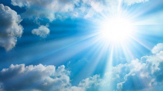 O tempo quente deve-se a uma massa de ar quente e seco transportada por um anticiclone a sudoeste das ilhas britânicas.
